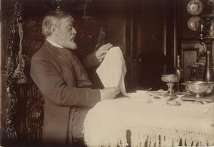 N° 118 - Mounet-Sully dans sa salle à manger en 1908 - Photographie de Paul Marsan dit Dornac 12,2 x 17,4 cm ©  PIASA